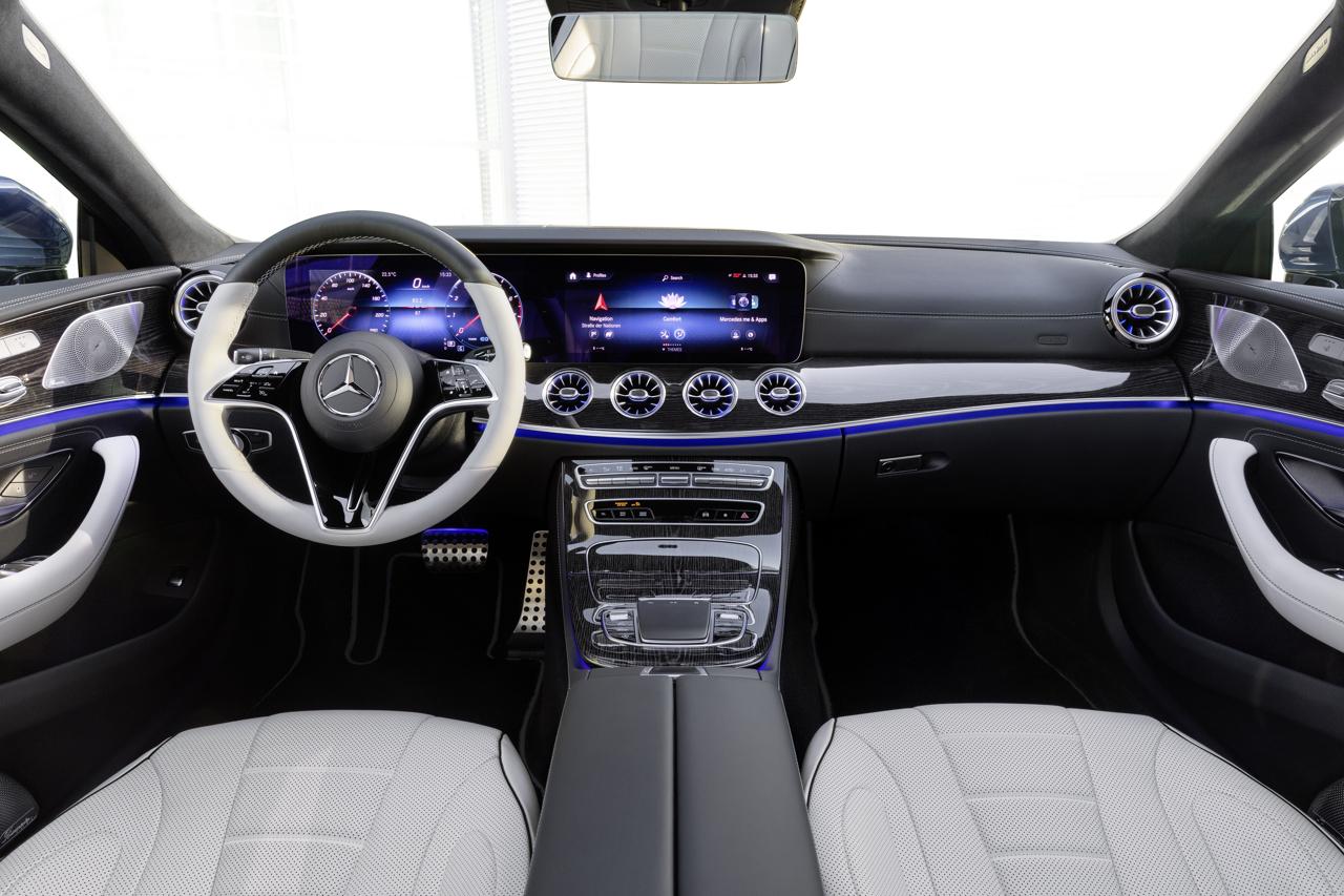 Mercedes-Benz CLS Coupé; Exterieur: spektralblau metallic, AMG Line; Interieur: designo Nappaleder Exclusiv in tiefweiß/schwarz, Holz hochglänzend grau, AMG Line, designo Lenkrad zweifarbig in Leder Nappa // Mercedes-Benz CLS Coupé; exterior: spectral blue metallic, AMG line; interior: designo nappa leather exclusive in deep white/black, high-gloss grey wood trim, AMG line, designo two-tone steering wheel in nappa leather