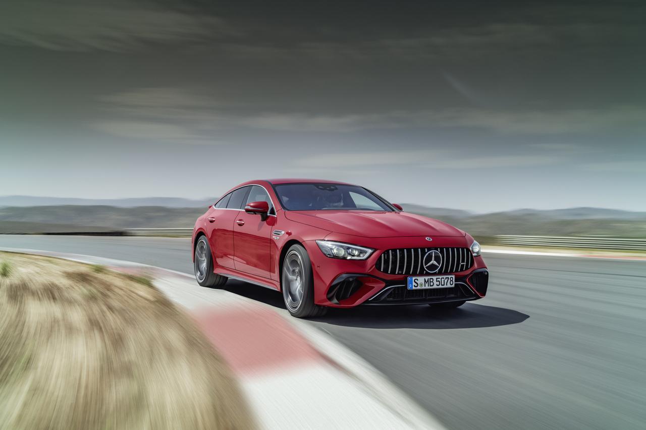 "Mercedes-AMG GT 63 S E PERFORMANCE (4MATIC+) (Kraftstoffverbrauch gewichtet, kombiniert (WLTP): 8,6 l/100 km; CO2-Emissionen gewichtet, kombiniert: 196 g/km; Stromverbrauch gewichtet: 10,3 kWh/100 km); Exterieur: jupiterrot, AMG Carbon-Paket Exterieur, 53,3 cm (21"") AMG Schmiederäder im 5-Doppelspeichen-Design, AMG Keramik Hochleistungs-Verbundbremsanlage; Interieur: Leder Exklusiv Nappa schwarz, Performance Lenkrad in Leder Nappa mit Lenkradtasten, AMG Performance Sitze, AMG Zierlemente Carbon // Mercedes-AMG GT 63 S E PERFORMANCE (4MATIC+) (weighted, combined fuel consumption (WLTP): 8.6 l/100 km; weighted, combined CO2 emissions: 196 g/km; weighted electrical consumption: 10.3 kWh/100 km); exterior: jupiter red, AMG Exterior Carbon package, 53.3 cm (21-inch) AMG 5-twin-spoke forged wheels, AMG high-performance ceramic composite braking system; interior: exclusive leather nappa black , steering wheel in nappa leather black with steering wheel buttons, AMG performance seats, AMG carbon-fibre trim"